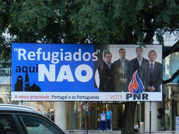 Cartaz partidário em área nobre de Lisboa é contra a chegada de refugiados Crédito: Giuliana Miranda