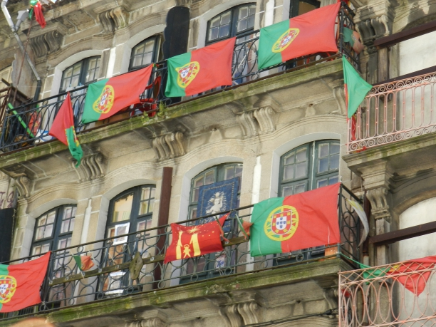 Bandeiras de Portugal em frente a um prédio na cidade do Porto Crédito: Giuliana Miranda