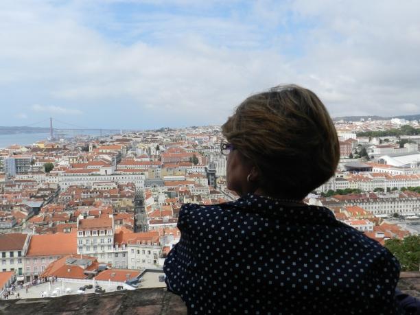 Turista observa a vista de Lisboa no Castelo de São Jorge, famosa atração da cidade Crédito: Giuliana Miranda