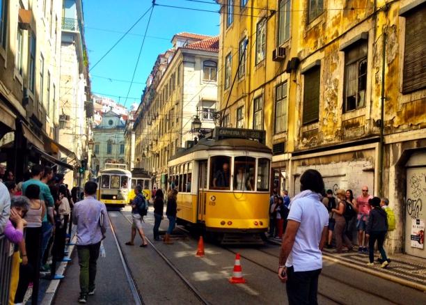 Turistas observam o eléctrico 28, famoso meio de transporte de Lisboa  Crédito: Giuliana Miranda
