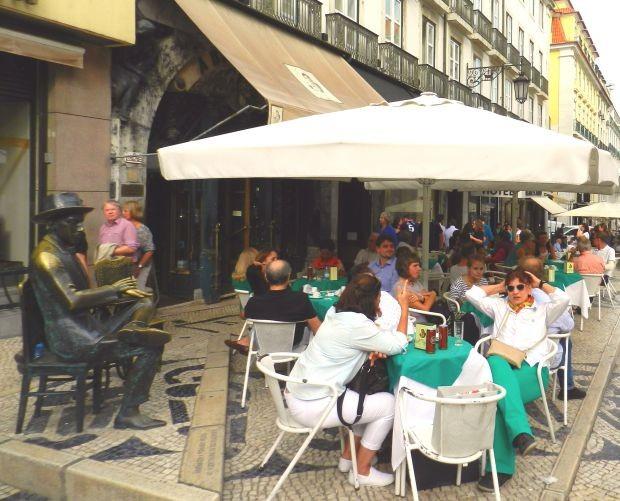 Célebre Café A Brasileira, em Lisboa, era frequentado por Fernando Pessoa, Crédito: Giuliana Miranda