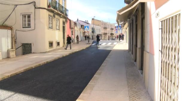 A recém-inaugurada calçada de cimento da Rua de Alcântara | Crédito: Reprodução