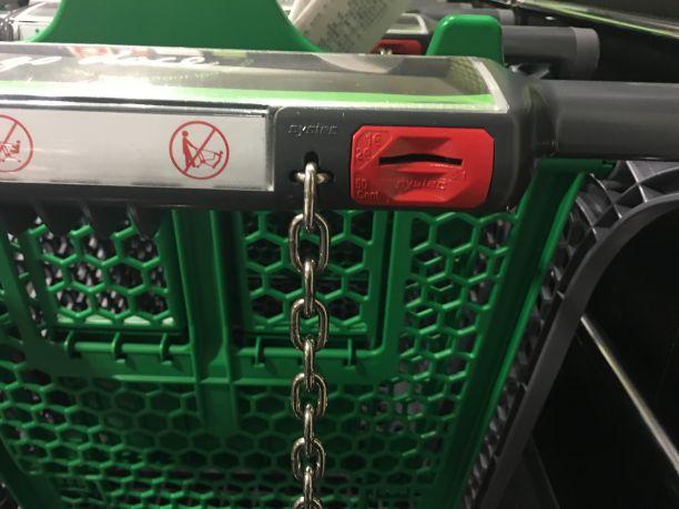 Trava só libera carrinho no supermercado com uma moeda de 0,5€ ou 1€ | Crédito: Giuliana Miranda