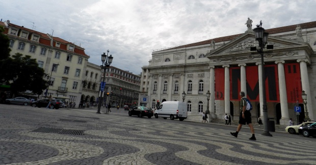Calçada de pedras portuguesas do largo do Rossio, em Lisboa, é um dos símbolos da cidade | Crédito: Giuliana Miranda