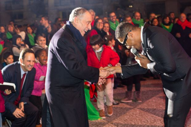 O presidente cumprimenta o cantor angolano Anselmo Ralph em show comemorativo por sua posse | Crédito: Presidência da República