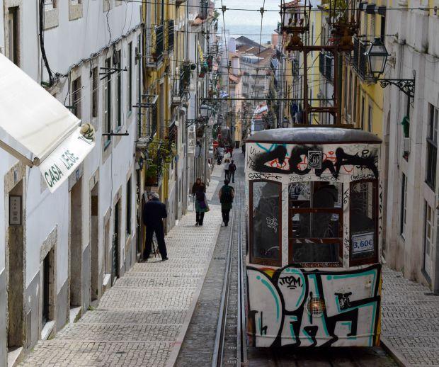 Elevador da Bica, no centro histórico de Lisboa, que reúne tradição e vida noturna agitada | Crédito: Giuliana Miranda