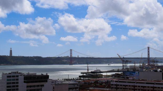 Vista do rio Tejo, da ponte 25 de abril e da escultura do Cristo Rei, em Lisboa