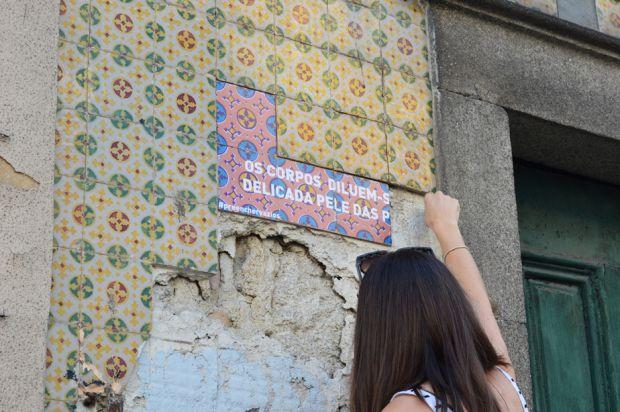 A designer Joana Abreu durante o processo de uma das instalações | Crédito: Divulgação