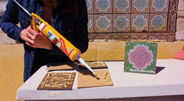 A artista usa uma cola especial para prender as placas artísticas à fachada dos azulejos originais | Crédito: Divulgação