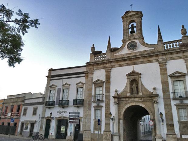 O arco da Vila, no centro de Faro, foi inaugurado no início do século 19 e é um dos acessos à zona com muralhas da cidade