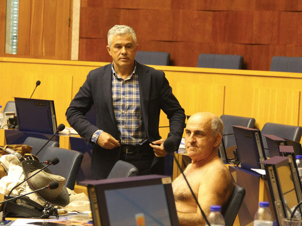 O deputado José Manuel Coelho tirou a roupa como protesto em março (Foto: Divulgação)