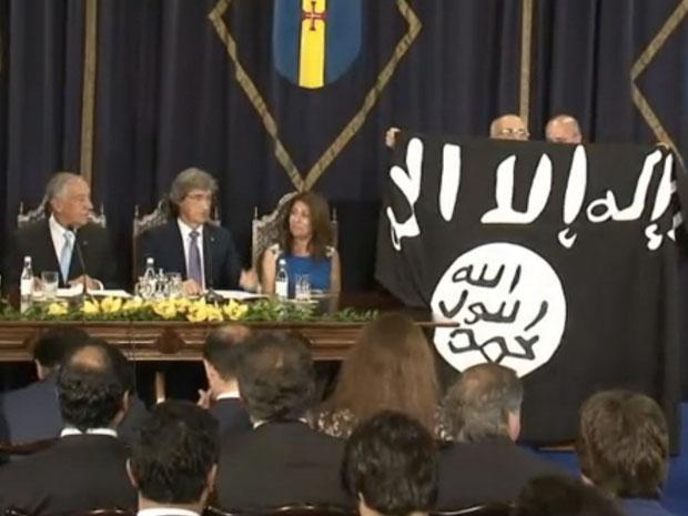 Deputado José Manuel Coelho exibe bandeira do Estado Islâmico em sessão no parlamento (Foto: Reprodução)