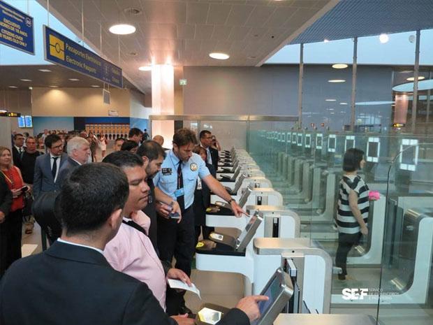Leitor eletrônico identifica informações do passaporte e máquina fotográfica compara informações biométricas (Foto: SEF/Divulgação)