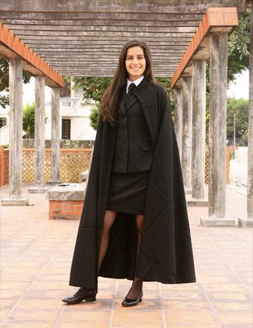 O chamado traje acadêmico nacional, antiga tradição dos estudantes universitários em Portugal (Foto: Loja  Farras, Fitas e Guitarradas)