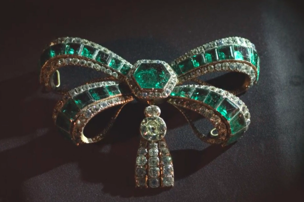 Alfinete de esmeraldas é uma das peças do acervo | Crédito: Reprodução