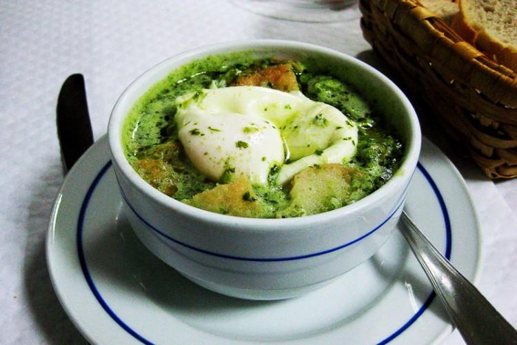 Açorda alentejana: uma das mais famosas versões da tradicional sopa com pão | Foto: Wikipedia