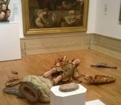 Visitante do museu de Lisboa postou imagem da estátua do século 18 de são Miguel Arcanjo após o acidente | Crédito: Reprodução Facebook