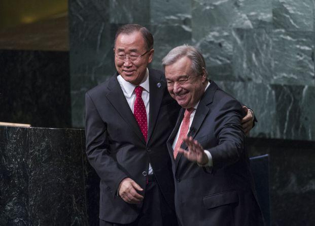Ban Ki-moon, atual secretário-geral, posa com António Guterres, que o sucederá em janeiro de 2017 | Foto: UN Photo