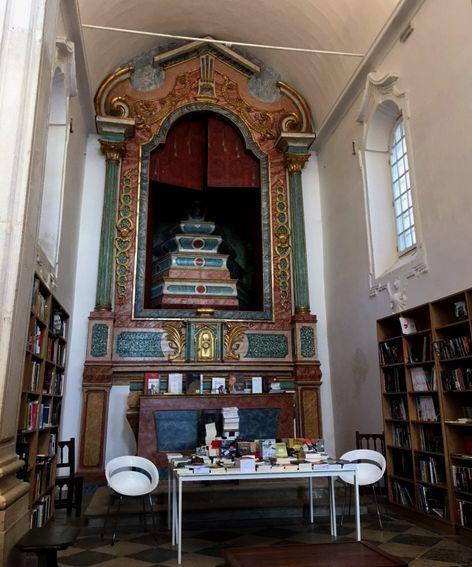Interior da livraria de Santiago, uma antiga igreja convertida em loja de livros