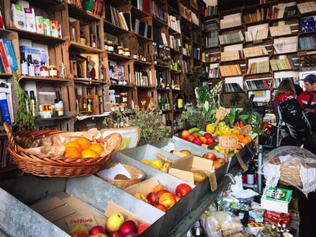 Mercado de alimentos orgânicos também virou livraria | Foto: Giuliana Miranda