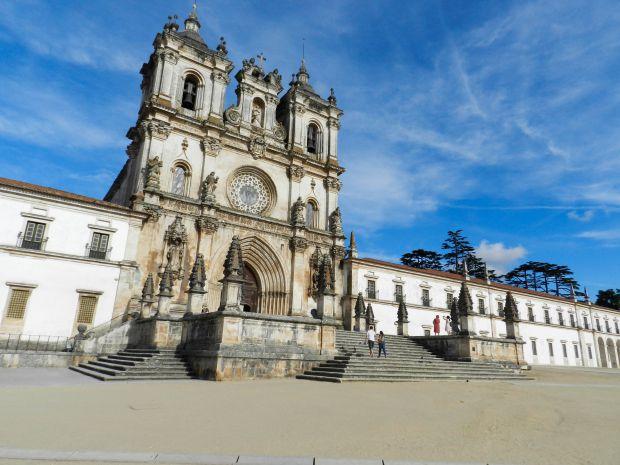 Fachada do mosteiro de Alcobaça, onde estão os túmulos de Pedro e Inês | Foto: Giuliana Miranda