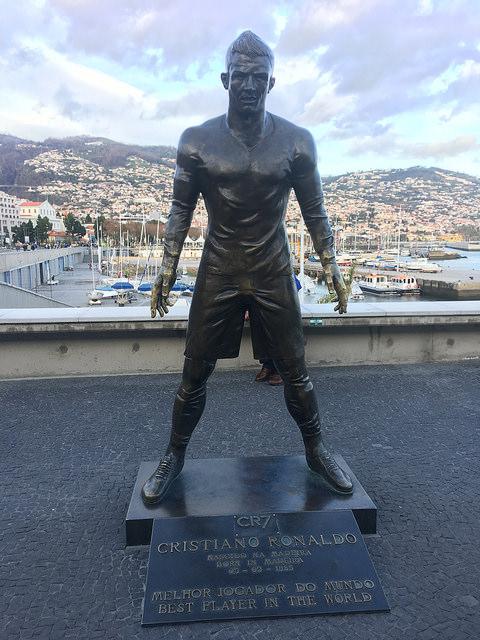 A primeira estátua de Cristiano Ronaldo na Madeira, inaugurada em 2014, já causou polêmica