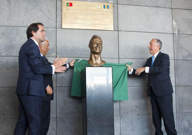 Presidente do Governo Regional da Madeira, Miguel Albuquerque, o primeiro-ministro de Portugal, António Costa, e o presidente da República, Marcelo Rebelo de Sousa, inauguraram a escultura polêmica