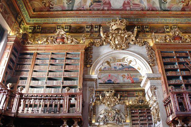 Biblioteca Joanina tem mais de 70 mil volumes e é reconhecida mundialmente pela beleza | Foto: Josep Renalias/WikiCommons