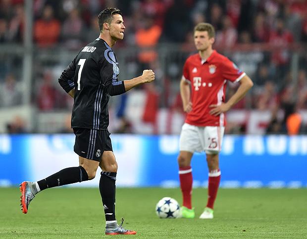 Cristiano Ronaldo comemora o segundo gol marcado contra o Bayern, o seu 100º na Liga dos Campeões| Foto: Christof Stache/AFP