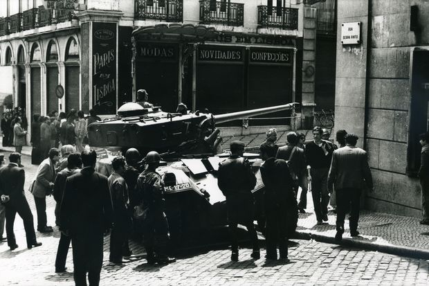 Tanque cruza esquina das ruas Serpa Pinto e Garrett, no Chiado, em Lisboa em 25 de abril de 1974 (Foto: Divulgação/Associação 25 de Abril)