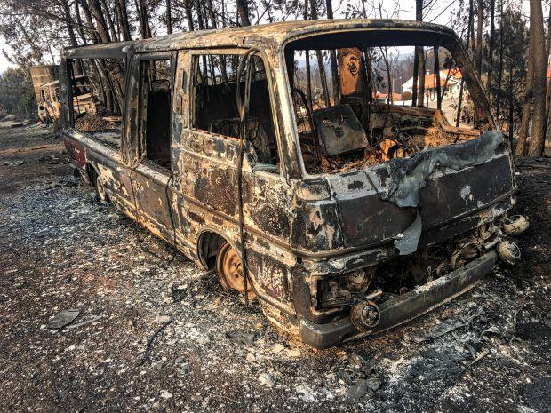 Veículo destruído por incêndio na estrada nacional 236, que ficou conhecida como