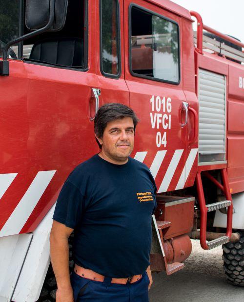 Bombeiro-voluntário Pedro Passos passou dias e noites no combate ao incêndio no centro de Portugal | Foto: Giuliana Miranda/Folhapress