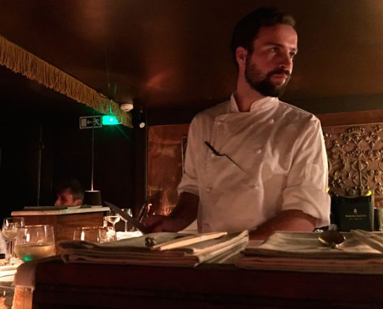Chef Guilherme Spalk em ação no balcão secreto onde acontece o jantar | Foto: Giuliana Miranda