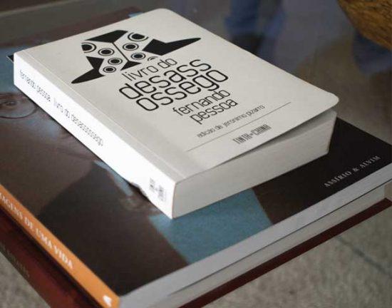 Livros sobre a obra de Fernando Pessoa estão espalhados pela casa | Foto: Giuliana Miranda
