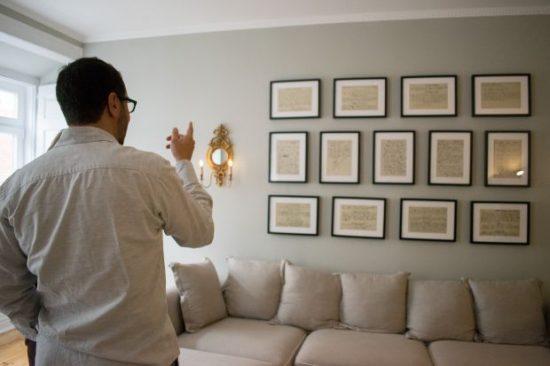 Jéronimo Pizzaro, um dos maiores pesquisadores da obra de Fernando pessoa, visita o antigo apartamento do poeta | Foto: Giuliana Miranda