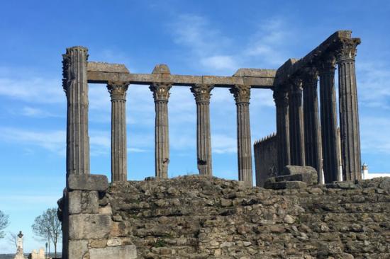 Templo romano de Évora é um dos cartões-postais da cidade | Foto: Giuliana Miranda/Folhapress