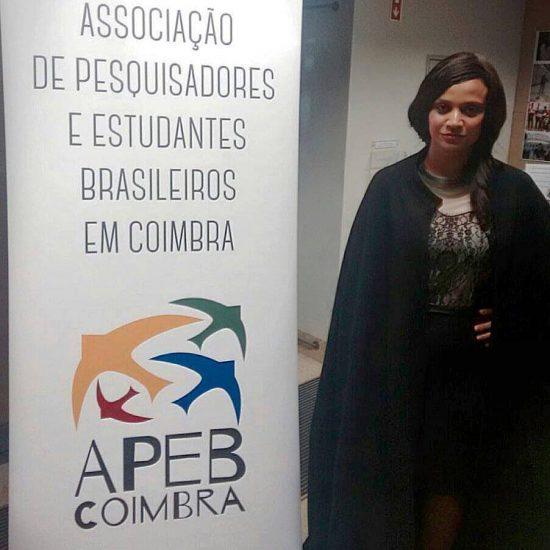 Luciana Carmo, 29, com o tradicional traje acadêmico da Universidade de Coimbra | Foto: Arquivo Pessoal