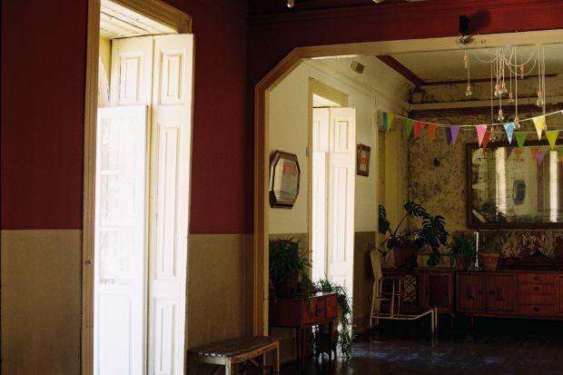 Interior da casa tem decoração vintage | Foto: Marta Pina