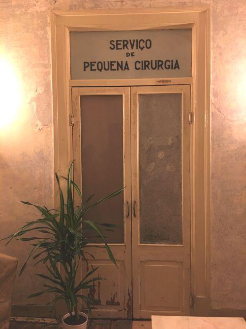 Detalhe da decoração incorpora antigas placas do centro médico que funcionou no local | Foto: Giuliana Miranda