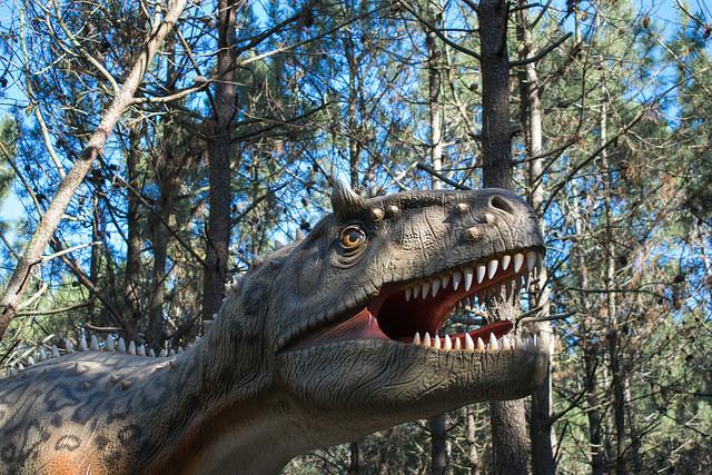 Estátuas dos dinossauros já começaram a ser montadas no parque a céu aberto | Foto: Giuliana Miranda/Folhapress
