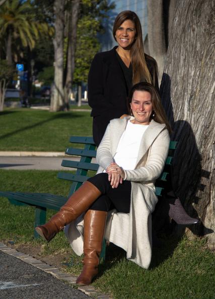 As empresárias cariocas Tatiana Sabatie e Fabiana Barcellos abriram uma empresa para auxiliar na mudança de brasileiros para Portugal | Foto: Fernando Donasci/Folhapress