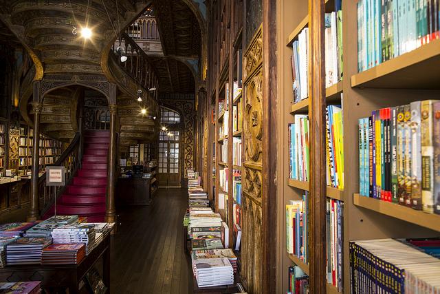 Escadaria vermelha é um dos símbolos da livraria Lello | Foto: Visit Porto