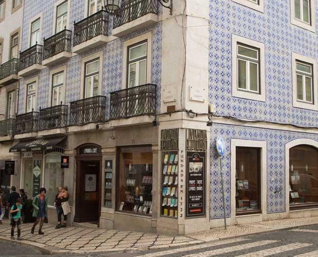 Livraria tem fachada de azulejos azuis e fica no Chiado, um dos bairros mais turísticos de Lisboa | Foto: Divulgação