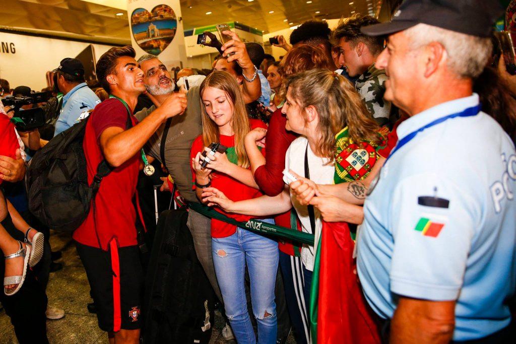 Torcedores receberam os campeões europeus com festa no aeroporto de Lisboa | Foto: Divulgação/Federação Portuguesa de Futebol