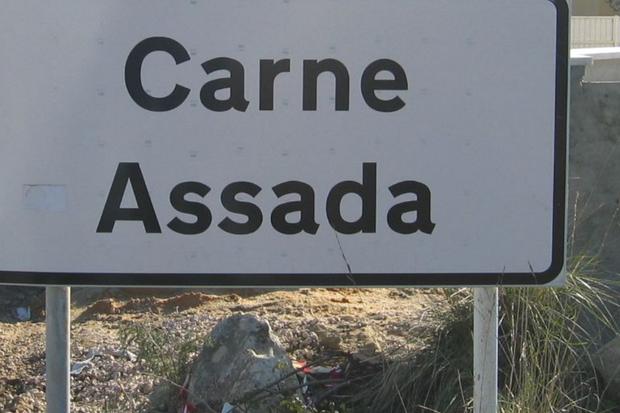 Placas para a localidade de Carne Assada viraram atração turística | Foto: Reprodução Facebook