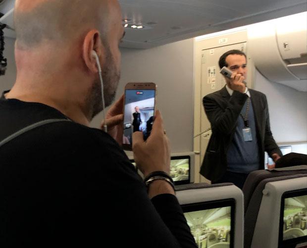 O presidente da Tap foi aplaudido enquanto anunciava o wifi grátis a bordo da aeronave | Foto: Giuliana Miranda/Folhapress