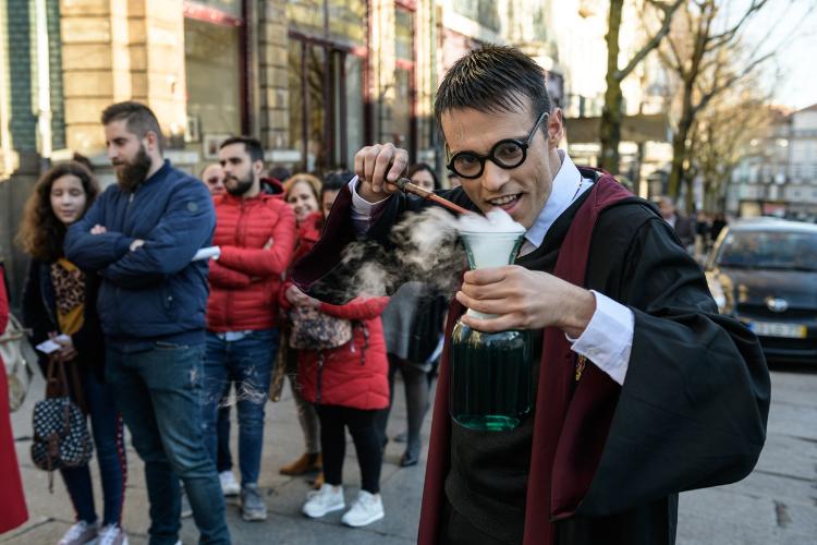 Ator vestido de Harry Potter anima a longa fila para entrar na livraria | Foto: Pedro Sardinha/Divulgação/Lello