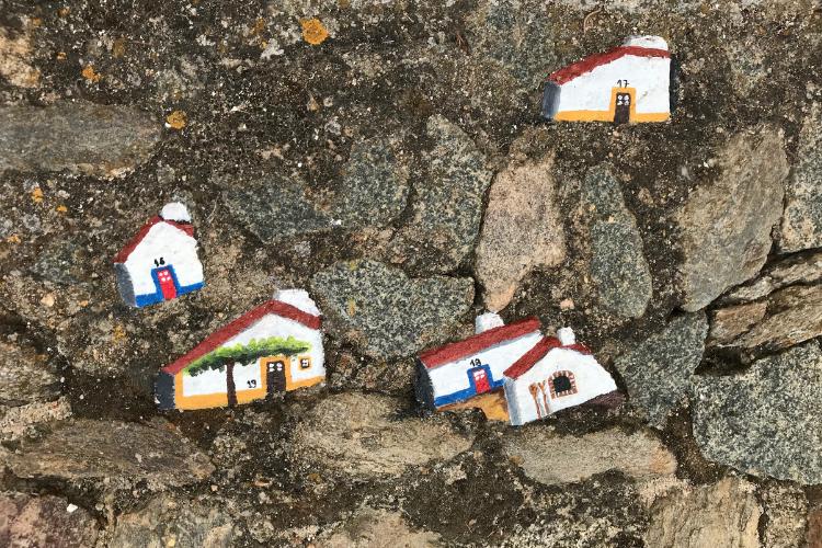 Artista plástica Inocência Lopes reproduz nas pedras da cidade as simpáticas casas típicas da região | Foto: Divulgação