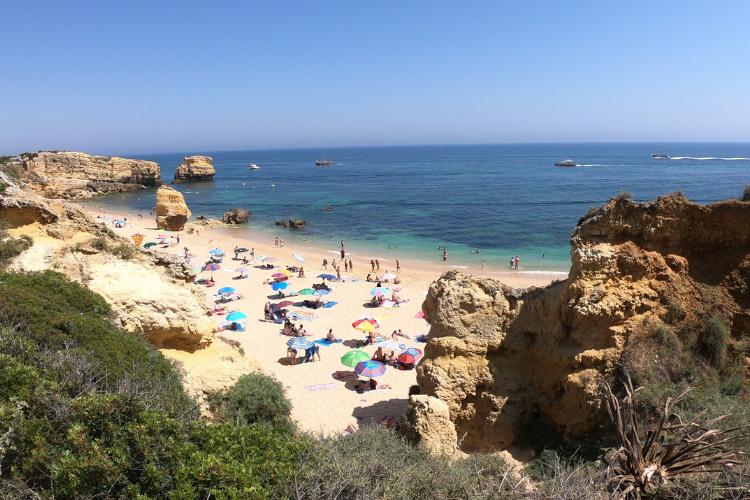 Praia de São Rafael, no Algarve, foi uma das certificadas com a Bandeira Azul em 2019 | Foto: Giuliana Miranda/Folhapress