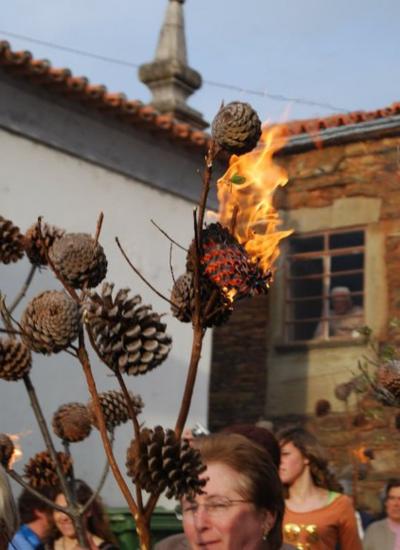 Procissão das pinhas é uma das mais famosas na aldeia da Barroca | Foto: Divulgação